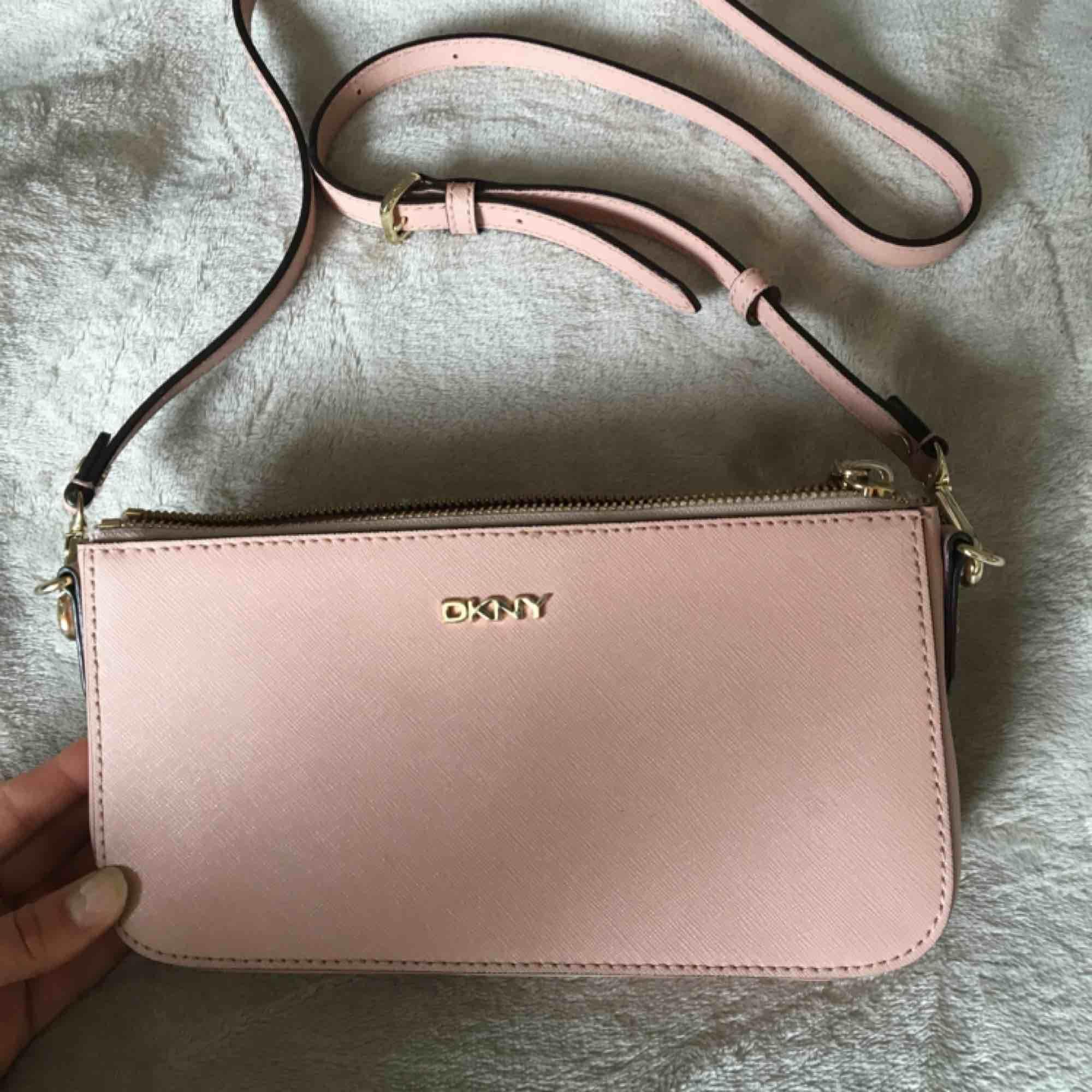 DKNY väska med två olika band. Superfin nude rosa färg som passar med det mesta. Perfekta festväskan. Väskor.