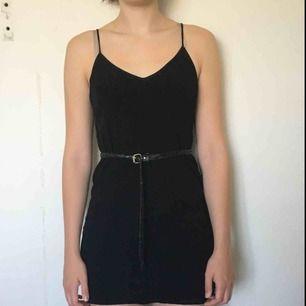 Svart klänning med smala band som går att justera. Jag själv är 172 cm och då är klänningen lite kort. Passar alltså en lite kortare S/XS än mig🌼