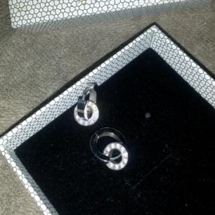 Jättefina örhängen i silver fr Edblads, aldrig använda kommer med original kartong.  Frakt 14kr