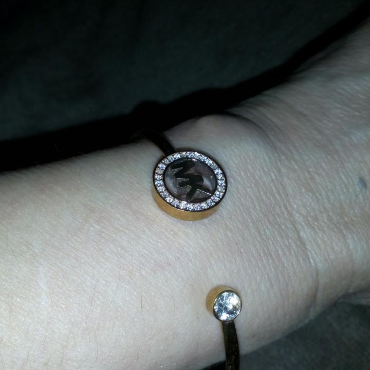 Äkta Michael Kors armband i roseguld, knappt använd så i mkt gott skick!!!. Accessoarer.