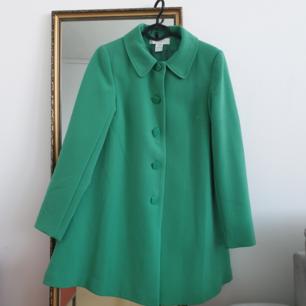 Fin grön jacka från Ellos i storlek 38 den här bara legat i garderob. bra skick! finns i Malmö! kan skickas men blir nog dyr frakt