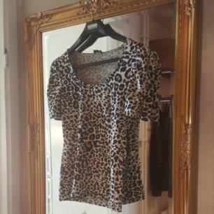 Jätte fin leopard tröja ifrån H&M, använd ett fåtal gånger. Har lite puff på axlarna. Frakt tillkommer i priset annars kan jag mötas upp i Örebro.