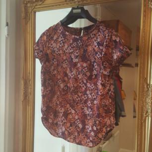 Fin blus t-shirt ifrån H&M. Den knäpps i ryggen med en liten knapp och har en liten ficka framtill. Sömmarna har släppt i ärmarna men inget jag har stört mig på men därav priset. Frakt tillkommer annars kan jag mötas upp i Örebro.
