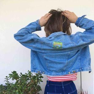 Säljer världens snyggaste jeansjacka! Den är lite croppad och oversized i superbra kvalitet🦋 Jag på bilden är typ XS-S
