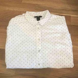 Vit skjorta med små svarta hjärtan. Bra skick, använd vid ett fåtal tillfällen, långärmad
