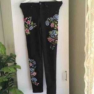 :) Hej varmt välkommen jag säljer här ett par underbar jeans  från H&M DIVIDED  postar endast allt jag säljer eftersom jag helt enkelt inte har tid till att mötas upp. Betalning sker via swish. I priset ingår såklart frakten :)