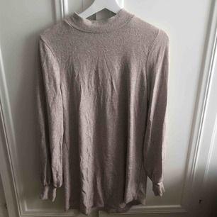 """Stickad klänning i """"fleece"""" material,"""