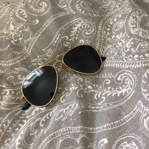 Ett par solglasögon från Ray-Ban , använt fåtal gånger! Bra skick, nypris 1200kr , jag säljer dom för 100 k! OBS-katt finns i hemmet
