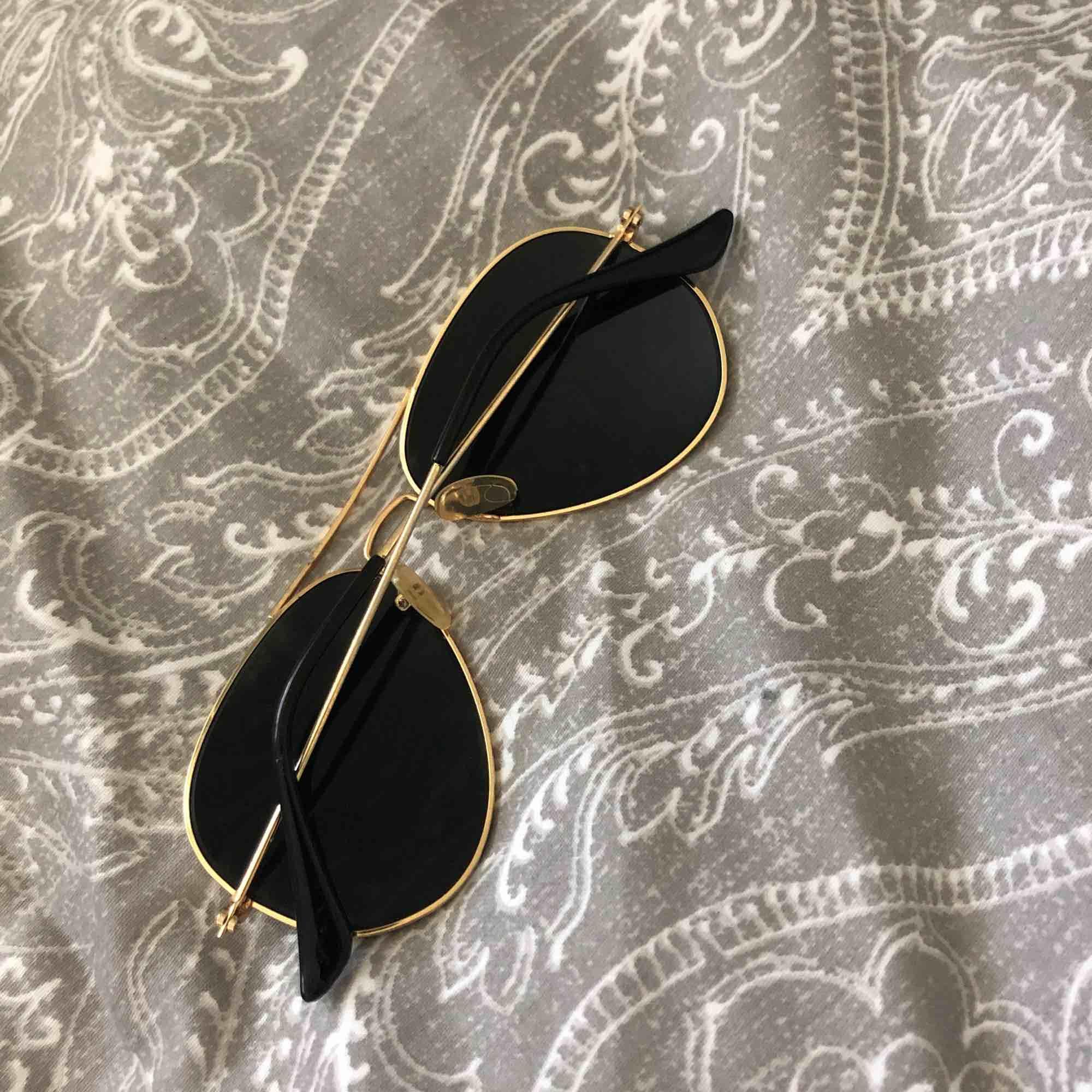 Ett par solglasögon från Ray-Ban , använt fåtal gånger! Bra skick, nypris 1200kr , jag säljer dom för 100 k! OBS-katt finns i hemmet . Accessoarer.
