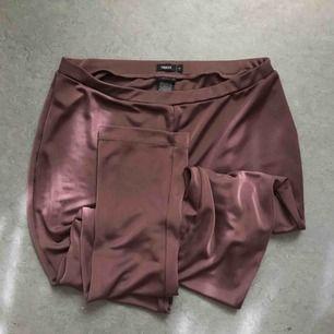 Följsamma luftiga och halvtransparenta tights/byxor från Filippa K. Plommonlila. Lite skimrande.