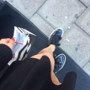 Puma skor, nya skosnören tillkommer. Svarta lack, basket skor. Fin till svart outfit, med kjol⚡️passar mig som annars har storlek. 37