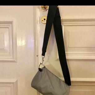 Cool väska i reflex, rymmer som en hel del saker! 💛