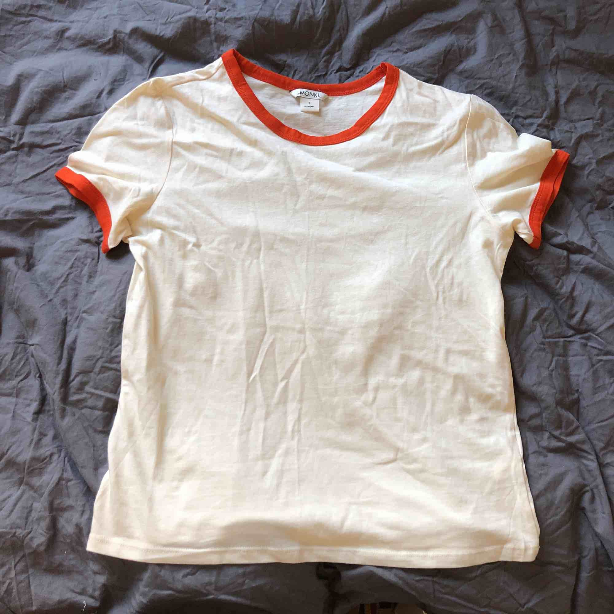Snygg T-shirt från monki aldrig använt🌼. T-shirts.