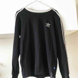 Adidas-tröja i gott skick. Använd ett fåtal gånger! Sitter bra på en M, lite oversize S. Möts gärna upp på Östermalm/Centrala Stockholm, skickar även och köparen står för frakten! 💋✨