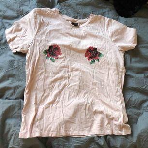 Fin T-shirt med rosor från Gina tricot, bra skick