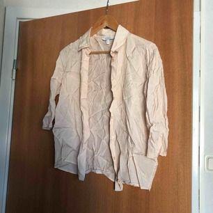 Jättefin men tyvärr lite skrynklig blus/ skjorta från other stories aldrig använt