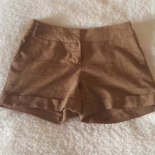Fina shorts ifrån Vero moda i nästan nyskick. Färgen är lite mörkare än vad bilderna visar. Frakt tillkommer eller så kan vi mötas upp i Örebro.