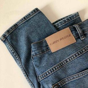 Jääättefina Carin Wester-jeans med raka ben som tyvärr aldrig kommer till användning :—( storleken är 42, men är väldigt små i storlek. Blir baggy i strl 40/38. Möts gärna upp på Östermalm/Centrala Stockholm, skickar även och köparen står för frakten! 💋✨