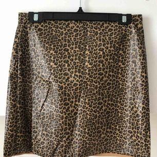 Leopardmönstrad kjol i fakeskinn. Sitter tight och snyggt! Möts gärna upp på Östermalm/Centrala Stockholm, skickar även och köparen står för frakten! 💋✨