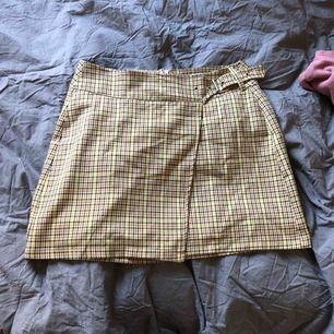 Rutig kjol från bershka observera att dragkedjan bak har fastnat men säljer billigt och går lätt att fixa annars jättefint skick