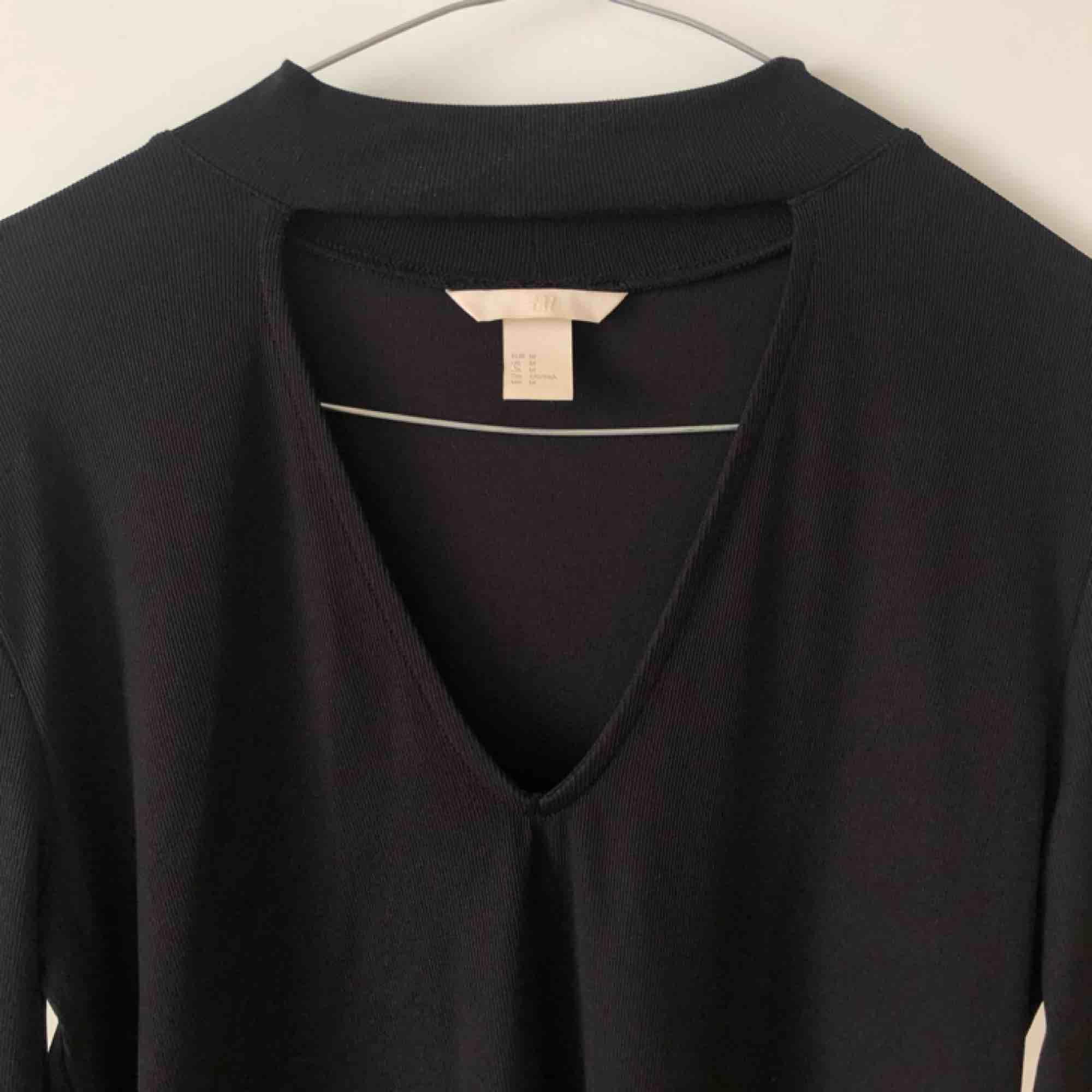 Fin långärmad tröja med fin detalj i halsen. Möts gärna upp på Östermalm/Centrala Stockholm, skickar även och köparen står för frakten! 💋✨. Tröjor & Koftor.