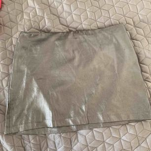 Metallic kjol från H&M. Använd men i gott skick.  Köparen står för frakt.