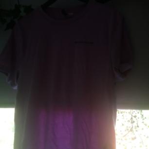 Knappt använd! Bilderna fångar inte riktigt färgen, men bättre bilder kan skickas! Ljuslila t-shirt från H&M. Det står
