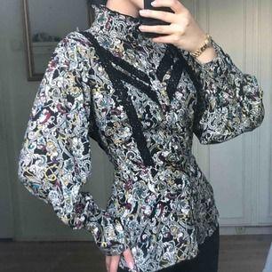 Fantastisk blus från Gina Tricot i storlek 36.  Använd endast två gånger, i bra skick.  Kan mötas upp i Borås eller frakta (köparen står för frakten) 🦋