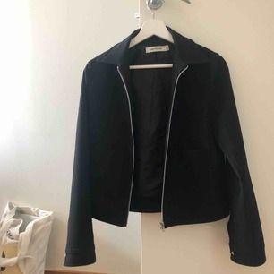 Snygg sommar/vår jacka från Carin Wester, köpt för ca ett år sen. Använd men fortfarande bra skick! Priset är inkl. Frakt :)
