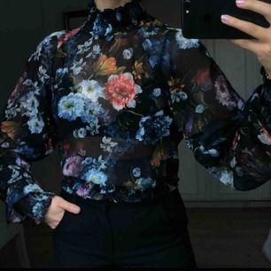Underbar somrig blus från H&M i storlek 40 (sitter som 36-38). Använd endast en gång, i bästa skick. Kan mötas upp i Borås eller frakta (köparen står för frakt) 💙