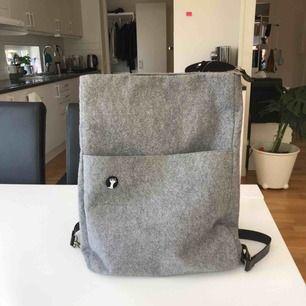 en grå ryggsäck ifrån monki, super bra skick ! älskar verkligen denna väska så mycket.
