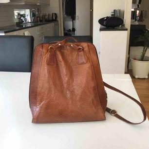 en märkesväska ifrån the monte. nypris är cirka 1250kr, och är i superbra skick. perfekt för en daglig väska till stan.