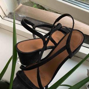 Strappy heels ifrån HM! Storlek 41 men rätt små i storleken, använda 1 gång. Pris går att diskutera.