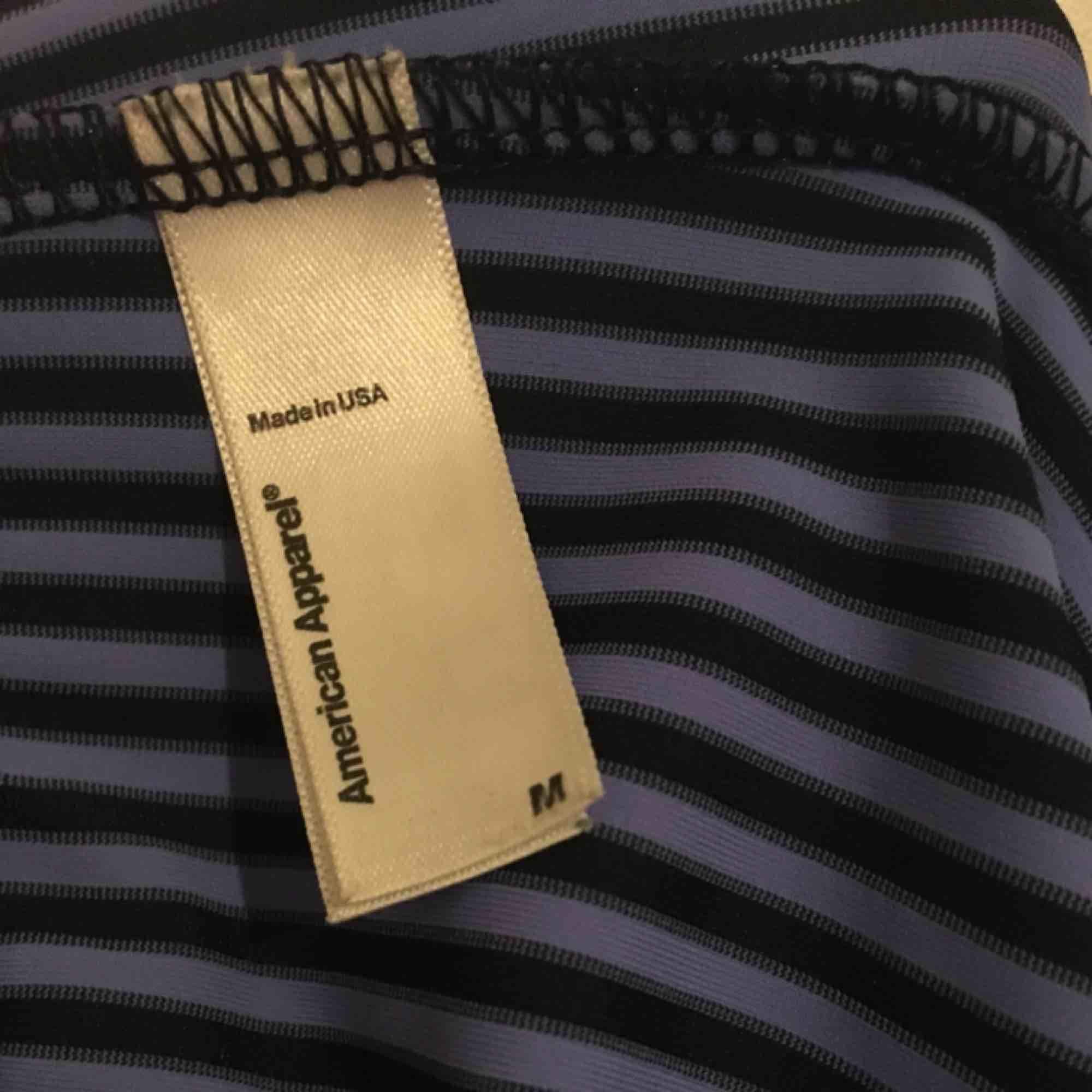 Supersnygga tights från American Apparel i lila och mörkblått. Hög midja. Mycket gott skick, använda ett fåtal gånger. Köpta 2015. Jeans & Byxor.