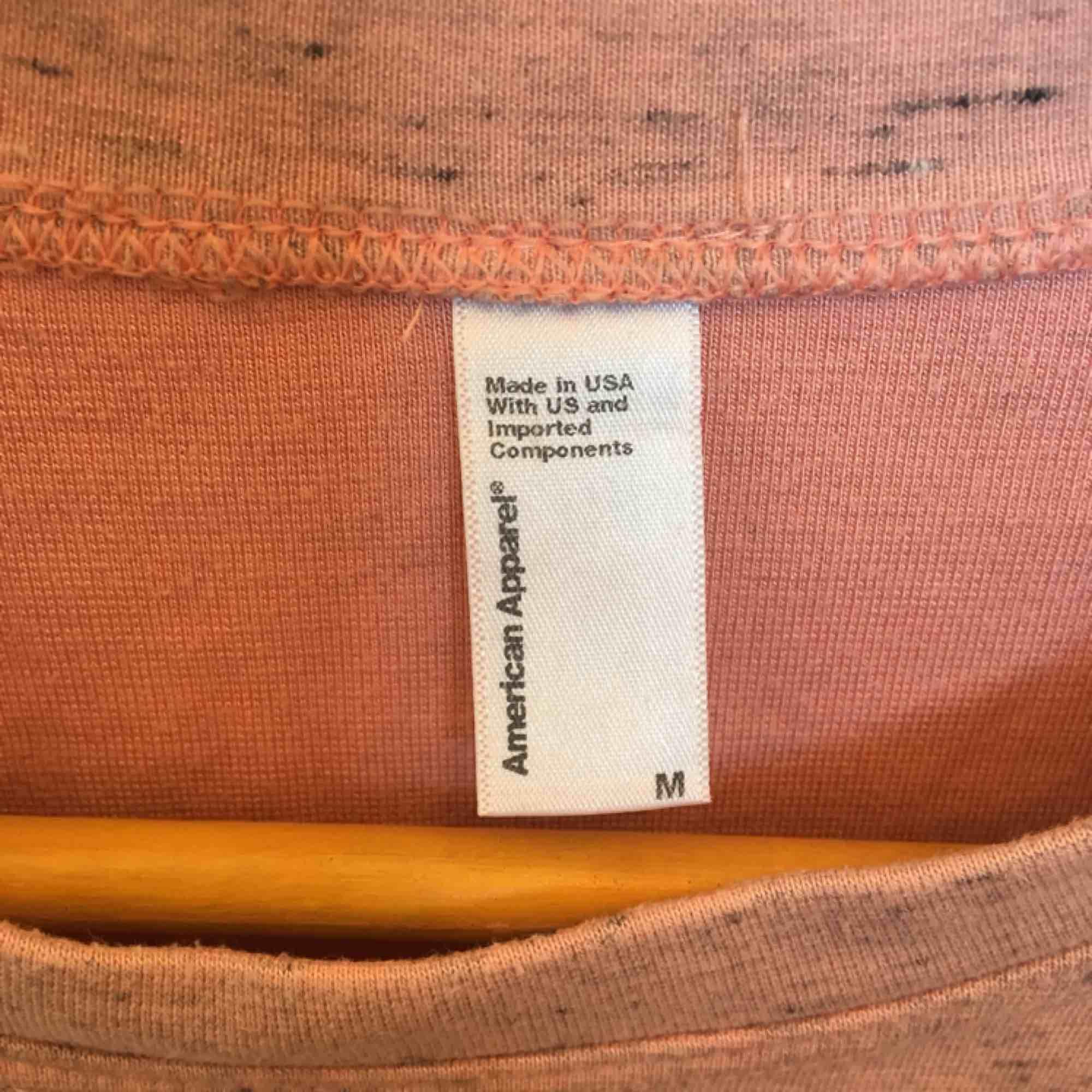 Snygg rosa tröja från American Apparel. Kort modell med trekvarts ärm. Använd ett fåtal gånger. . Toppar.