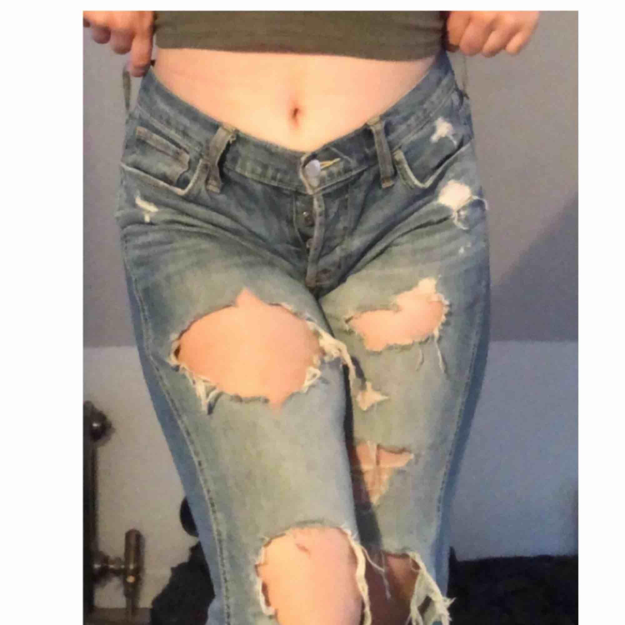 Slitna jeans från Hollister. Super bekväma! Storlek 25 alltså S/XS. Köpta för 598kr men säljes nu! Ganska slitna men fortfarande bra skick. Skriv gärna vid intresse/frågor eller för fler bilder på produkten!. Jeans & Byxor.