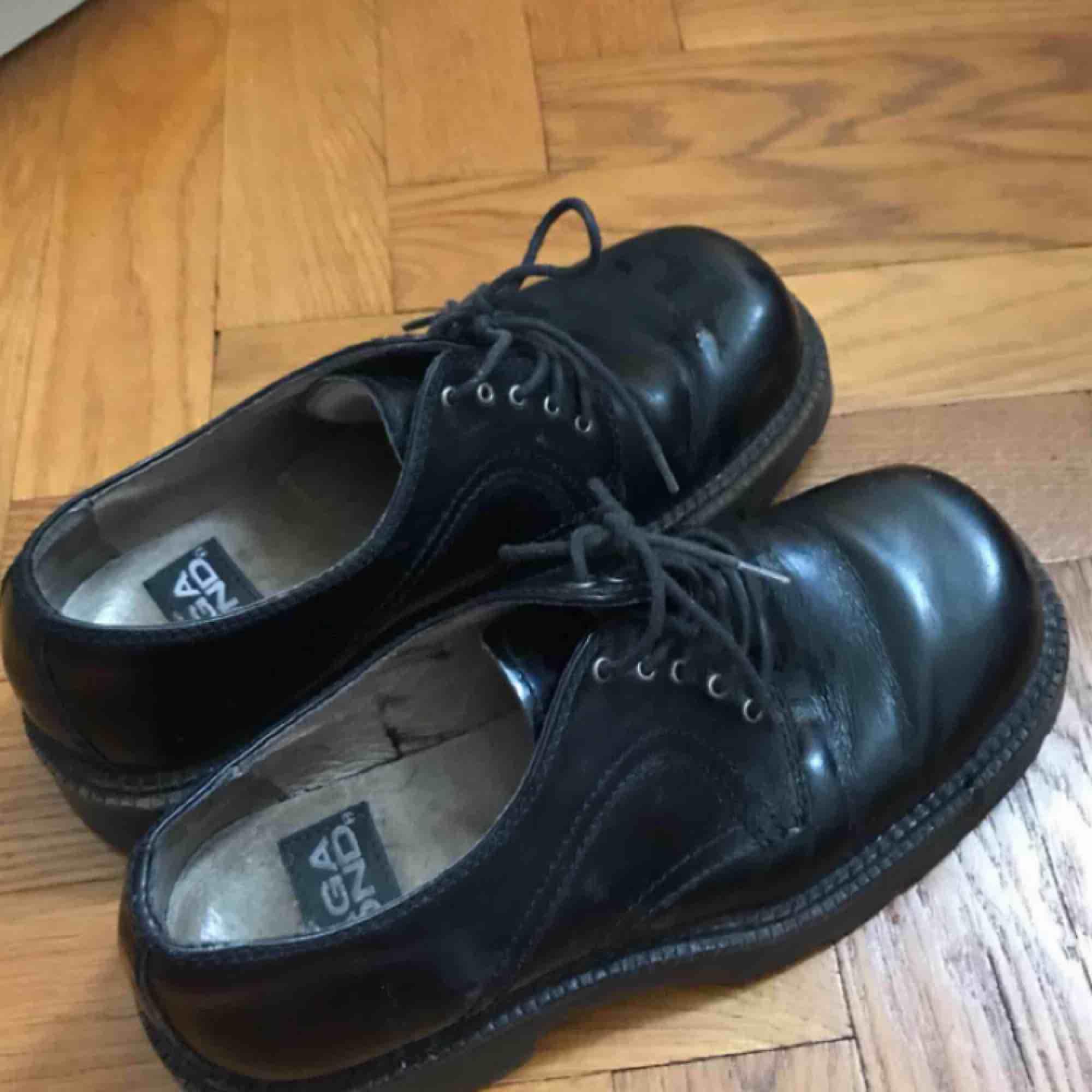 Skor från vagabond i storlek 40. De är ganska klumpiga och tunga, påminner om låga dr martens. Köpta second hand för några år sedan så har lite slitningar, ungefär som på sista bilden. Jag bjuder på frakten!. Skor.