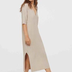Säljer sprillans ny klänning från HM trend den funkar som stl 34,36,38 beroende på hur man vill att den ska sitta. Ord pris 500kr