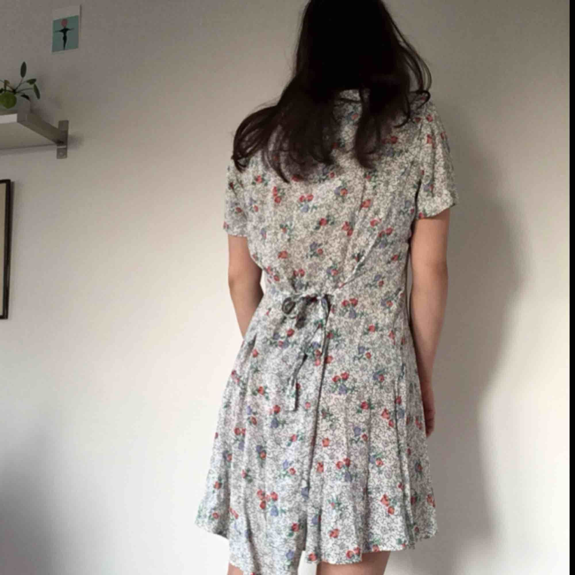 90-tals klänning i fint blommigt mönster med superfint fall. Passar nog 38-40 beroende på passform. Midjan kan reglerad med bandet i ryggen. Kan mötas i sthlm annars tillkommer frakt. . Klänningar.