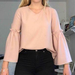 Jättefin rosa blus med utsvängda ärmar som är köpt för cirka 250kr🥰 Använd endast en gång💓 O passar allt från XS/M skulle jag säga.