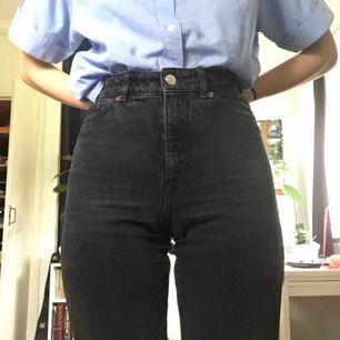 Jeans från monki i modellen Taiki x-long! Mina favoriter som jag säljer med lite tungt hjärta, endast pga att de börjar bli lite väl trånga. Har en liten slitning strax nedanför grenen, i övrigt fint begagnat skick! Frakt tillkommer! 🌻