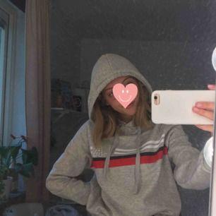Helt ny hoodie, ALDRIG använd, med prislapp kvar💓 Fick den i present, därav att priset är överstruket. Men köpt för 200kr.