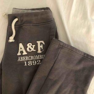 Mjukisbyxor från A&F. Passar dig med XS-S. Säljer pga att de är för små för mig. Raka hela vägen, ingen mudd där nere vid foten.