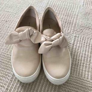 Beiga sneakers från zara med rosett framtill. Strl 37 sparsamt använda. Frakt 59kr