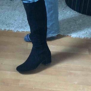 Svarta high knee skor med mocka material. Har användas få gånger och ser ut och känns som när jag köpte de. När jag köpte de för drygt 1 år sedan kostade de 400.
