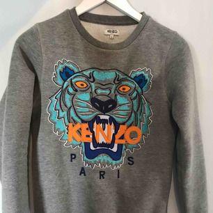 sparsam Kenzo tröja grå, knappt använd. Skulle säga att den är en XS/S i storleken. Frakt tillkommer☺️
