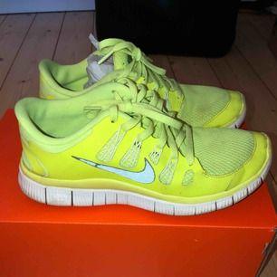 Snygga Nike Free Run i storlek 39. Säljer då de har krympt ca en halv (nästan en) storlek mindre. Därav passar de inte mig längre :-(. Vill att de ska få en ny ägare!  Pris kan sänkas vid snabb affär. Frakt står köparen för.