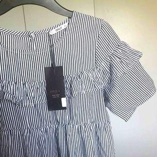 Helt ny randig babydoll-klänning från Only med volang 🌻 passar även mig som har 36. Frakt tillkommer!