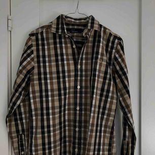 Rutig Fred Perry skjorta i storlek S