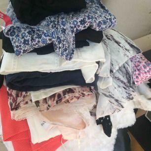 Massvis med fina klänningar i olika storlekar och olika priser! Hör av dig!